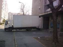 költöztetés emelőhátfalas teherautóval