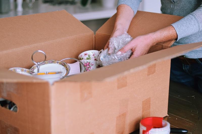 törékeny tárgyak költöztetése csomagolással